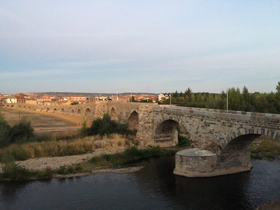 Мост в город Puente de Orbigo