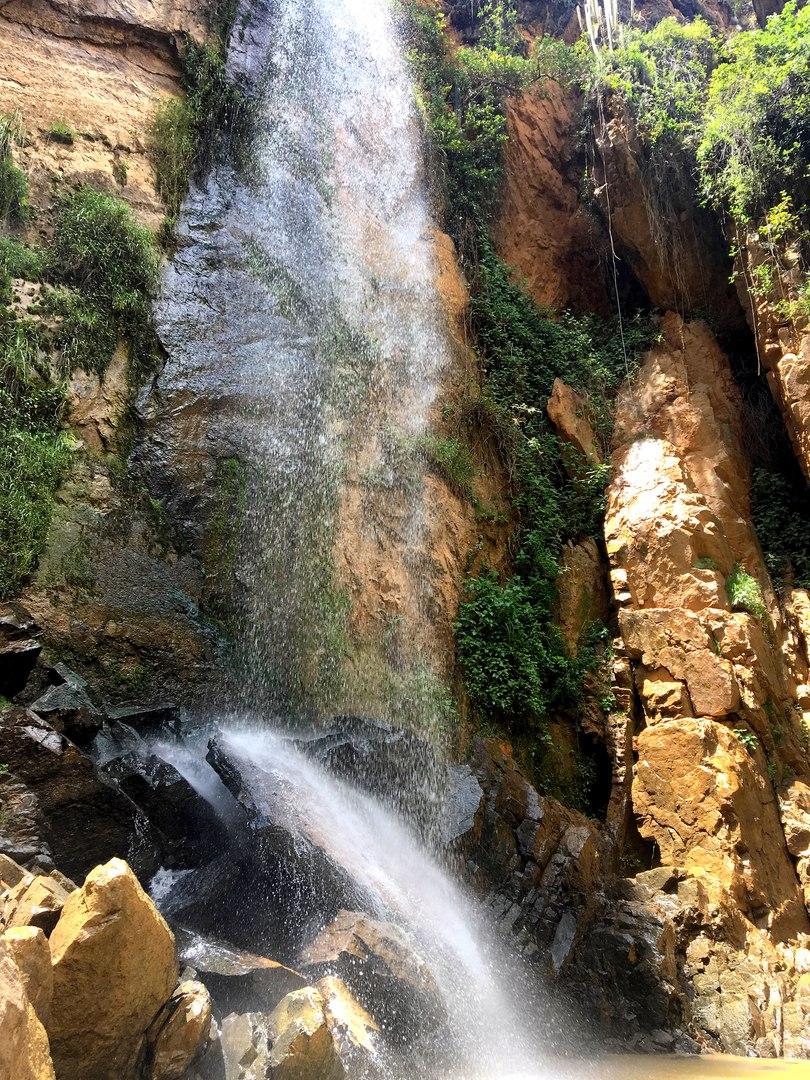 У этого водопада 5 перуанцев использовали меня в качестве обезьяны. Каждый пожелал сделать со мной памятное фото