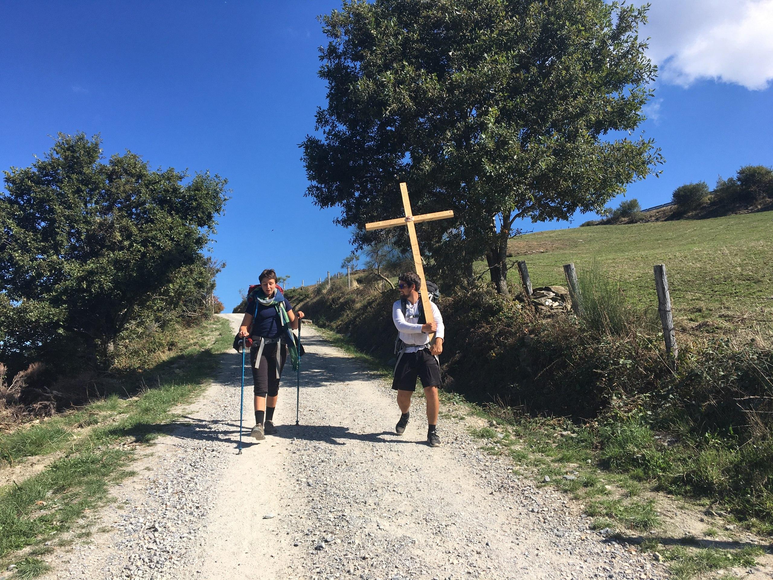 несет крест на камино де сантьяго