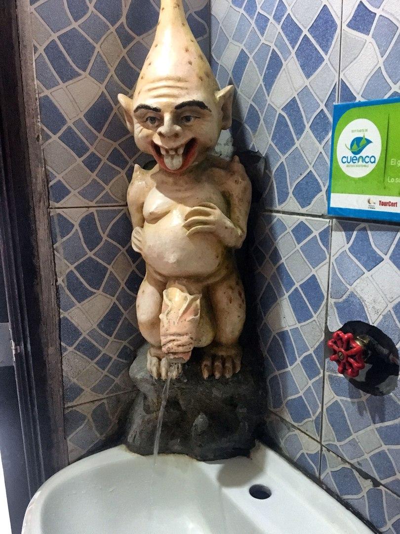 раковина в женском туалете в Prohibido Centro Cultural