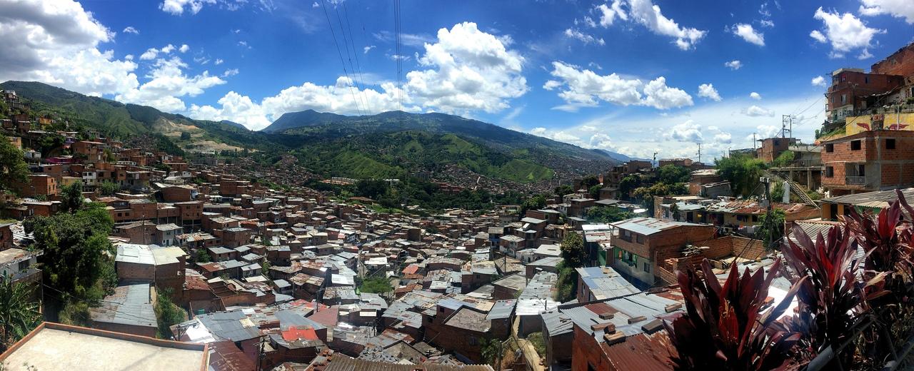 вид на город со смотровой площадки Комуны 13