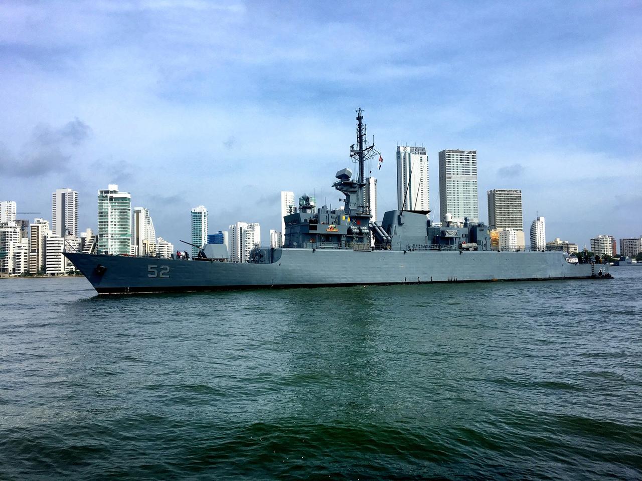военный корабль на выходе из бухты в Картахене