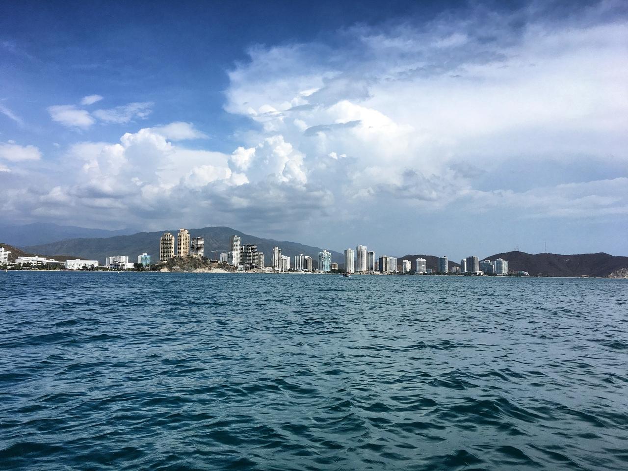 вид на город с лодки по пути к Playa Blanca