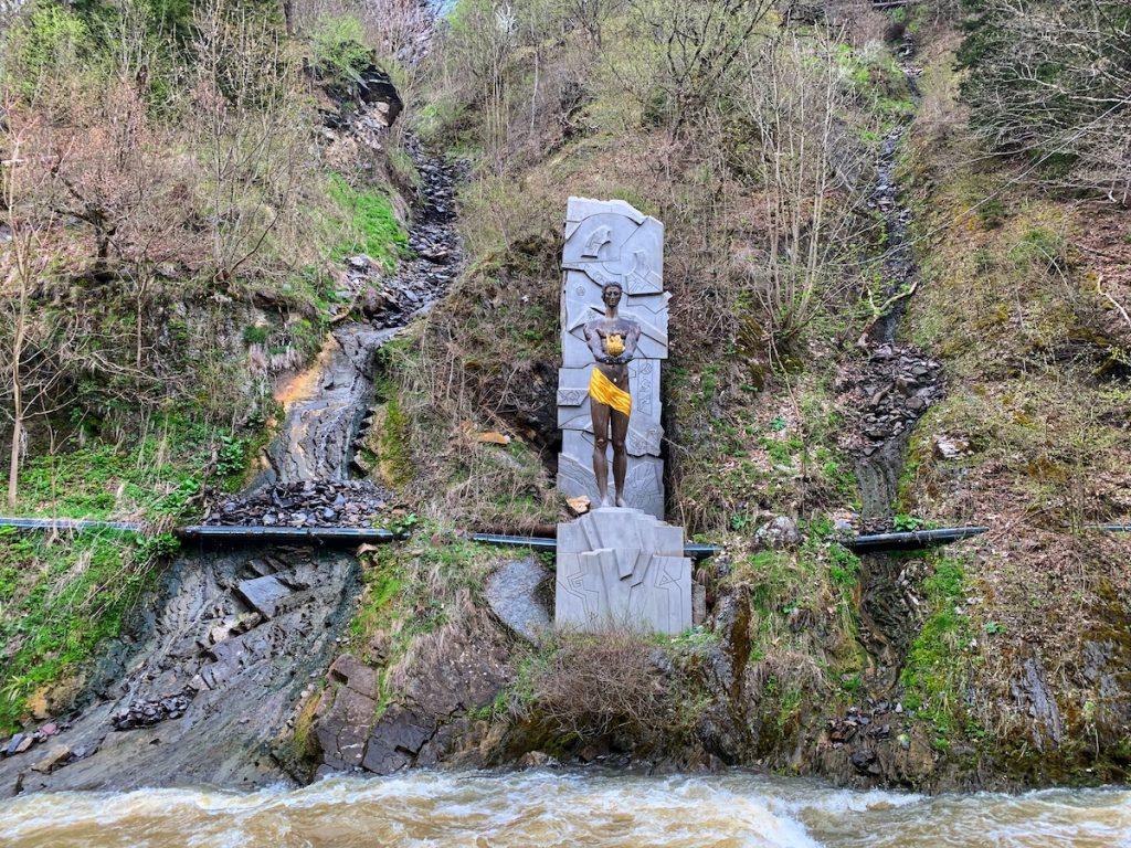 Скульптура Прометея и подобие водопада