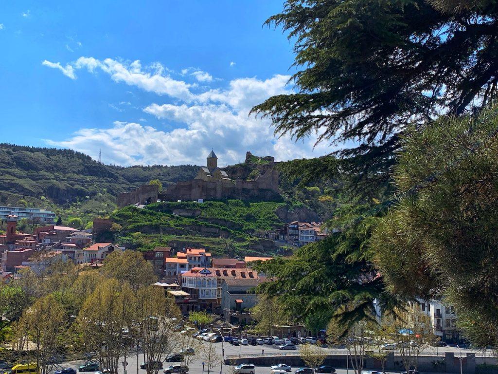 Вид на холм Сололаки с храма Метехи
