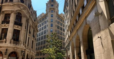 Биржа — здание слева