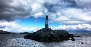 Живописный маяк Лес Эклайрерс, расположенный на каменистом безлюдном островке, входящем в архипелаг Лес Эклайрерс в проливе Бигля, считается самым южным маяком и одним из самых южных сооружений на планете.