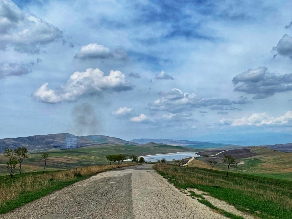 соляное озеро и дорога к монастырю Давид Гареджи