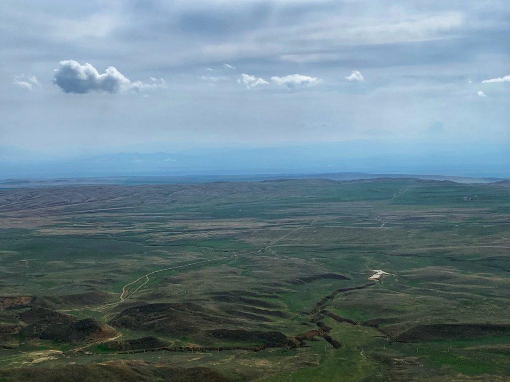 по другую сторону горы находится Азербайджан