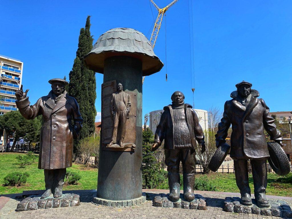 Памятник Г. Данелии и его персонажам